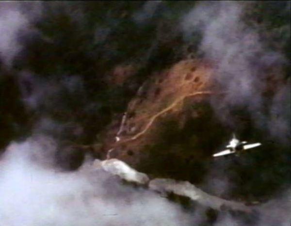 Dramático instante em que um Skyhawk mergulha sobre o alvo no Vietnã.