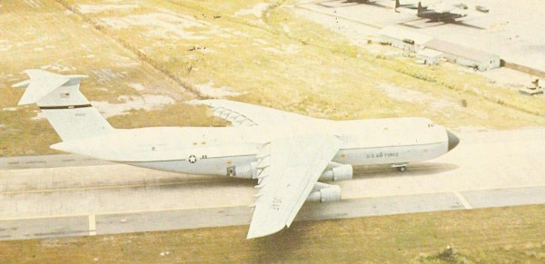 Trabalhando para a Força Aérea e para os fuzileiros, cada aparelho desses levava noventa refugiados. Até um trágico acidente, foram usados aparelhos Lockheed C-5A Galaxy na operação.