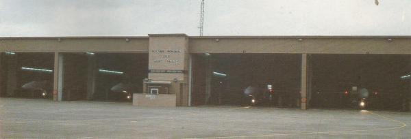 Com os motores em funcionamento quatro Eagle aguardam suas ordens em Bitburg. Acima do posto de segurança podem ser vistas as janelas da sala de reuniões.