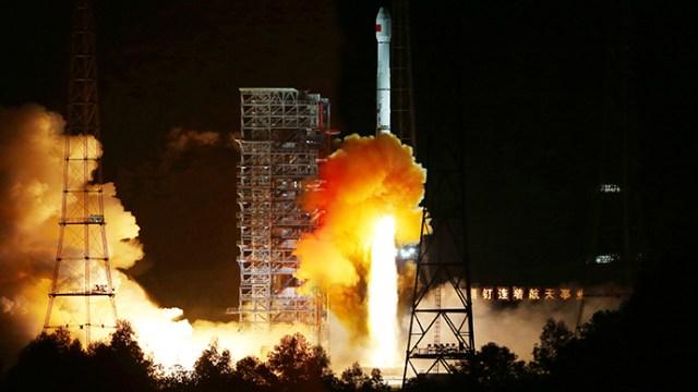 """Foguete Longa Marcha 3C, com a sonda lunar chinesa """"Xiaofei"""" a bordo, lançado do ultimo dia 24/10 do Centro de Lançamento de Satélite de Xichang, na província ocidental chinesa de Sichuan (Reuters)"""