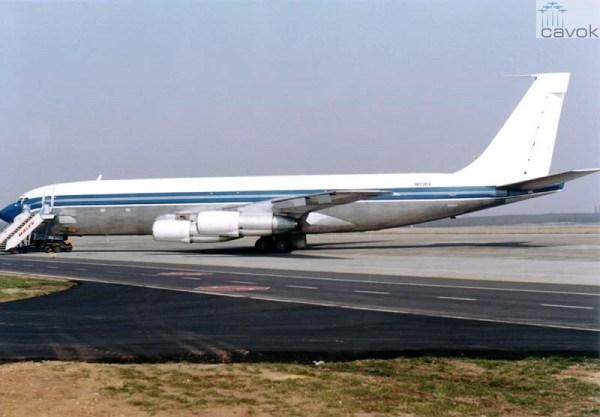 Tendo sido vendido em 1989 para a empresa cargueira norte americana, Bufallo Airways, como N110BV, a aeronave operou em sub leasing para a húngara Malev. Visto em Budapest, 1990 (Foto: Simon Lazló)