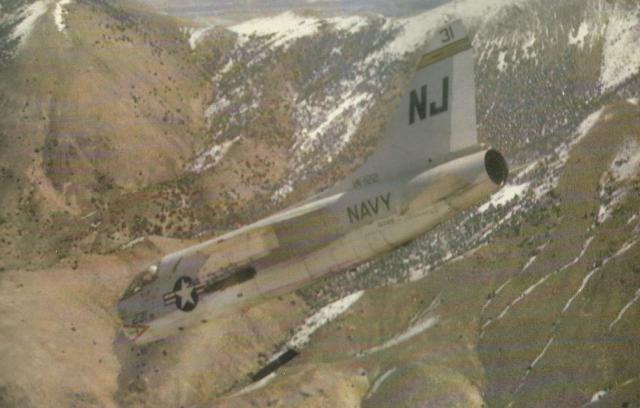Carsair II operado pela unidade de treinamento da Frota do Pacifico lança uma bomba teleguiada, durante exercício simulando ataque em mergulho, sobre região montanhosa.