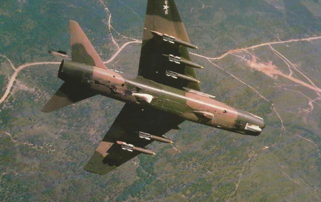 O A-7 da Força Aérea americana rola para mergulhar sobre o alvo; leva uma bomba Mk 82 em cada um dos seis suportes sob as asas. O avião exerceu papel secundário no Vietnã.