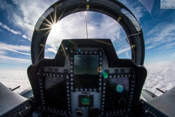 A visão do painel traseiro do A-29 Super Tucano usado pela USAF no treinamento dos pilotos afegãos. (Foto: Senior Airman Ryan Callaghan / USAF)