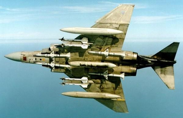 O Phantom do Esquadrão 111 levando uma carga completa de misseis ar-ar Sidewinders orientados por infravermelho e Sparrow, por radar, além de três tanques de combustível.