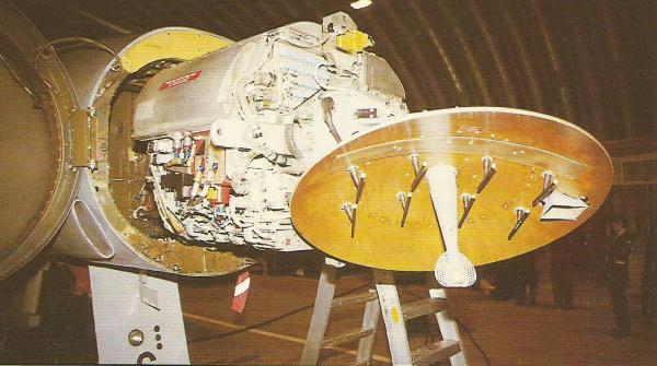 O coração do Phantom enquanto sistema de armamentos era o radar pulso-Doppler Westinghouse. Era um equipamento de tecnologia antiga, mas muito eficiente contra alvos voando a baixa altitude.
