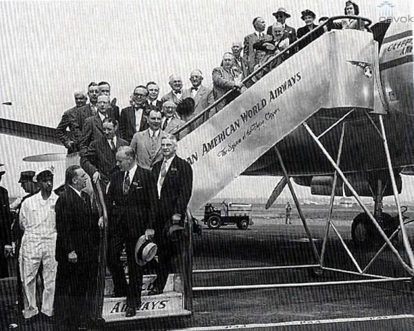 """Foto da partida desde o La Guardia, em New York, do voo inaugural de volta ao mundo da Pan American em 17 de junho de 1947, com o L-749 """"Clipper America""""."""
