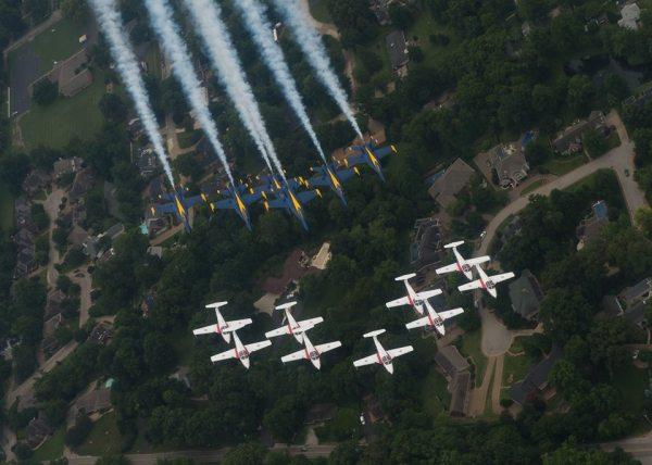 Durante o Evansville Airshow, em Indiana, EUA, as 15 aeronaves dos esquadrões Blues Angels e Snowbirds voaram em formação.
