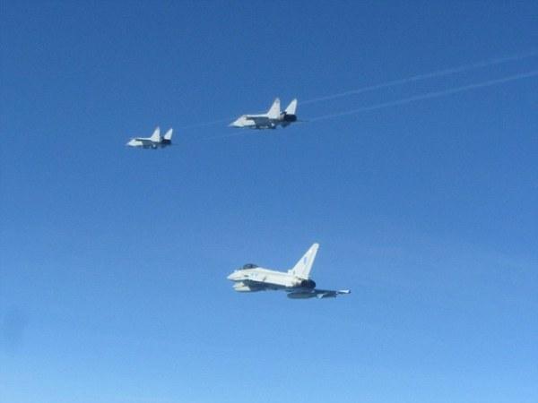 Caças Typhoons da RAF acompanham um par de MiG-31 sobre o báltico, no dia 17 de junho. (Foto: MoD Crown / RAF)