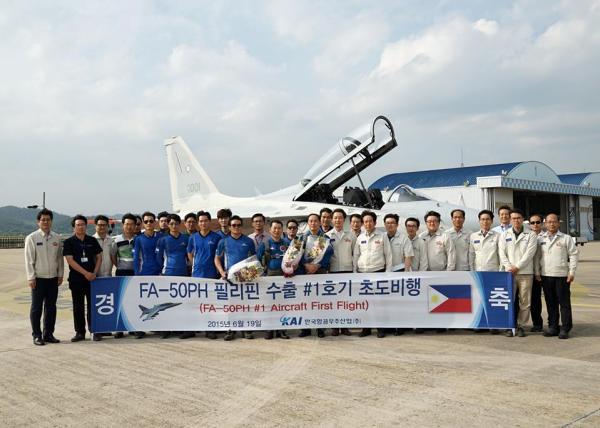 As equipes da KAI e da Força Aérea das Filipinas posam para foto após o primeiro voo do FA-50PH. (Foto: KAI)