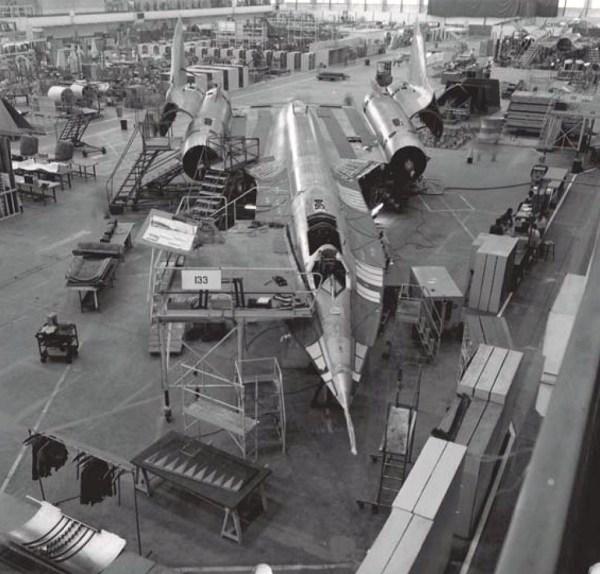 O último exemplar do A-12, Article 133 (60-6939), nos estágios finais de sua fabricação - Lockheed Martin