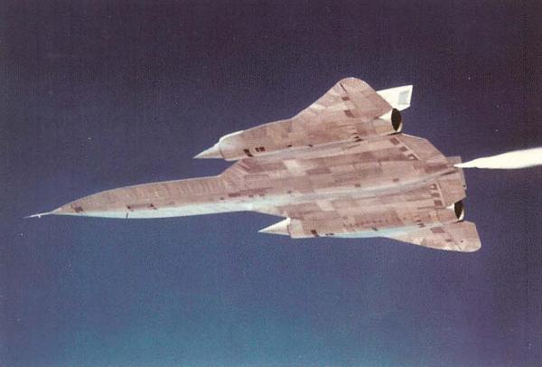 O primeiro exemplar do A-12, Article 121 (60-6924), com o piloto de testes da Lockheed, Lou Schalk, aos comandos, em Groom Lake (Área 51), em 10 de julho 1962 - Lockheed Martin