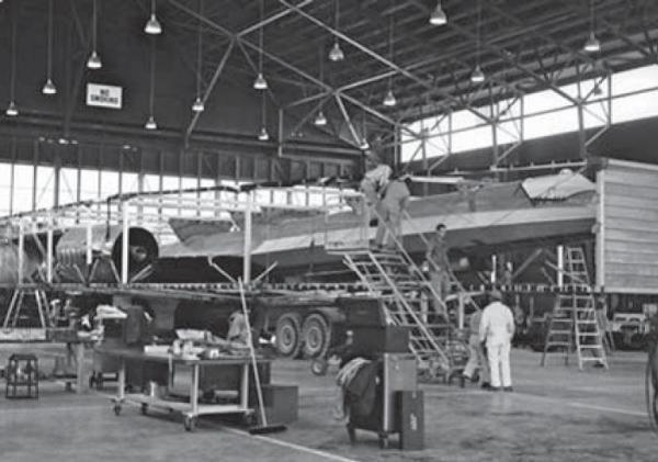O primeiro protótipo do A-12, Article 121 (60-6924), sendo removido do seu contêiner, após transporte rodoviário até a Área 51, onde chegou em 28 de fevereiro de 1962 - Roadrunners Internationale
