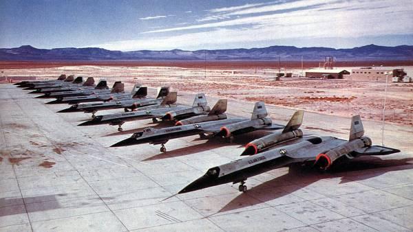 Nesta imagem, de 1964, estão dispostas no tarmac em Groom Lake, Área 51, dez aeronaves. As oito primeiras são exemplares do Projeto OXCART (sete unidades do A-12, e o AT-12), da CIA. As duas últimas aeronaves são os interceptadores YF-12A, desenvolvidos para USAF / Lockheed Martin