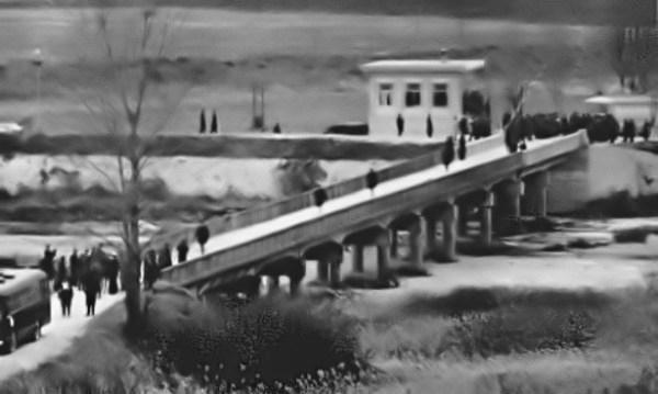 Tripulação do USS Pueblo sendo libertada da custódia norte-coreana, cruzando a Ponte Sem Retorno, em 23 de dezembro de 1968 - LIFE Magazine
