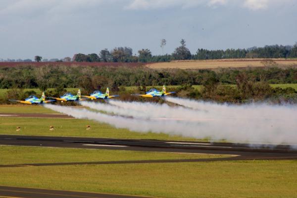 Decolagem em formação com os sete aviões A-29 Super Tucano. (Foto: Sgt. Batista / Agência Força Aérea)
