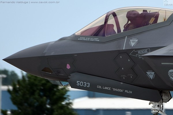 Uma aeronave taxiou bem próxima do público. O piloto estava com o mais moderno capacete utilizado pela USAF. (Foto: Fernando Valduga / Cavok Brasil)