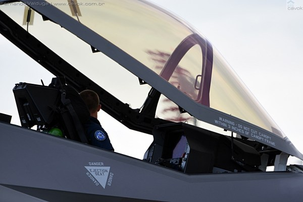 Nessa foto, pode ser visto o grande display presente no cockpit do F-35A.