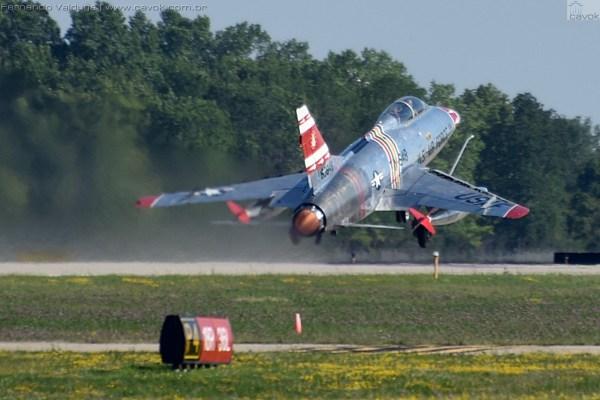 Para decolagem o F-100F utilizou toda extensão da pista do Wittman Field. (Foto: Fernando Valduga / Cavok Brasil)