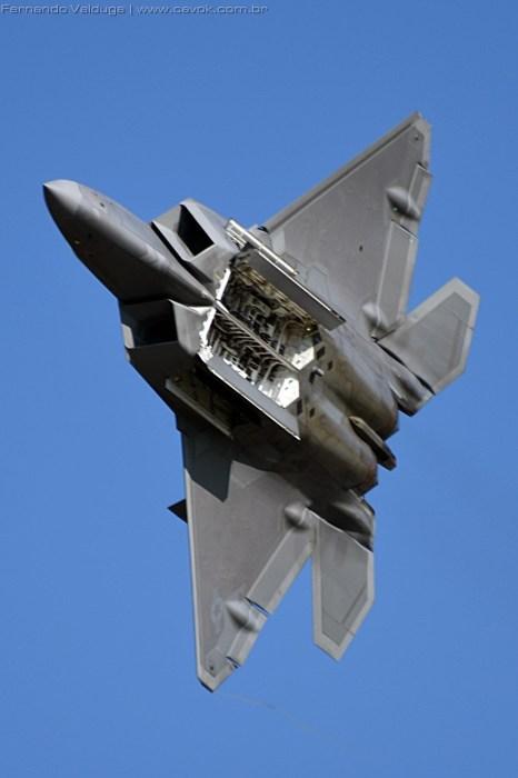 Passagem do F-22 com o compartimento de armas aberto. (Foto: Fernando Valduga / Cavok Brasil)