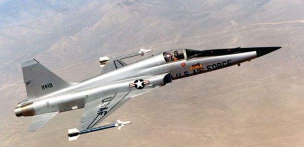 Northrop F-5E Tiger II armado com mísseis AIM-9N (Imagem: airpowerworld)