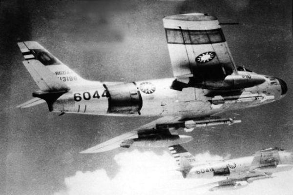 O primeiro uso real de um AAM se deu quando caças da China partiram para cima de caças F-86 de Taiwan equipados com Sidewinder. (Imagem: Cold War Arena)