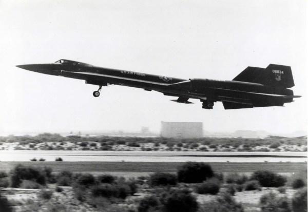 O primeiro exemplar do AF-12 (YF-12A), Artigo 1001 (60-6934), decolando para um voo de testes, no final de 1963 - Lockheed Martin
