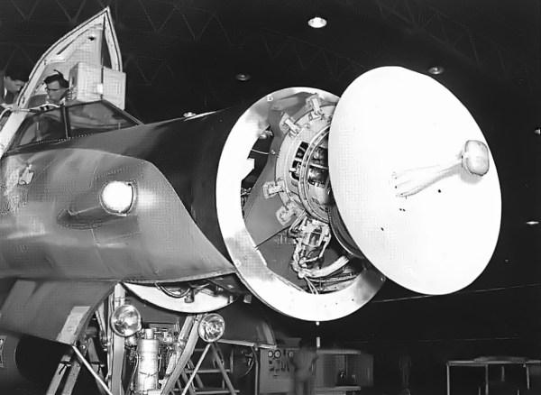 O radar Hughes ASG-18 já instalado no nariz do Snoopy I - Hughes Aircraft