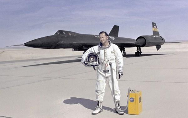 Piloto de testes da NASA, Donald L. Mallick, à frente do Lockheed YF-12A, Artigo 1002 (60-6935), em 1972 – NASA Dryden Flight Research Center
