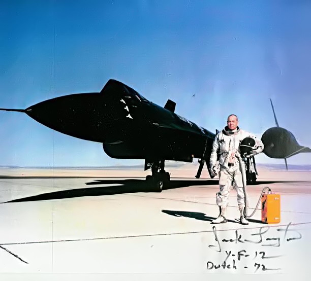 Piloto de testes da USAF, Jack Layton, à frente do Lockheed YF-12A, Artigo 1003 (60-6936), em 1971 – NASA Dryden Flight Research Center