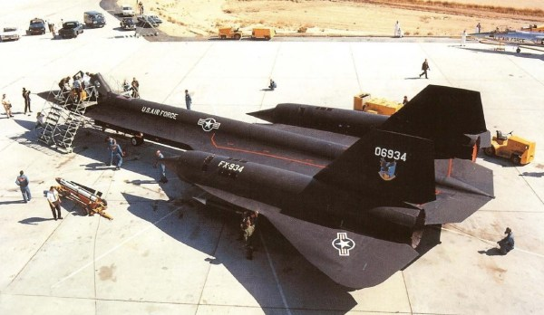 Primeiro protótipo do Lockheed AF-12 (YF-12A), Artigo 1001 (60-6934), sendo preparado para o voo de testes onde seria lançado o primeiro míssil AIM-47, no dia 28 de setembro de 1965 / Lockheed Martin