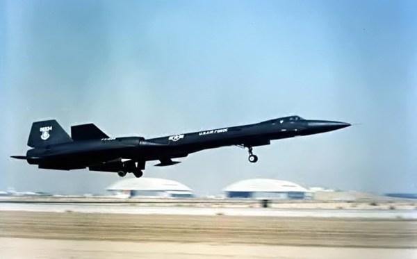 Primeiro protótipo do Lockheed AF-12 (YF-12A), Artigo 1001 (60-6934), durante o pouso na Base Aérea de Edwards – Lockheed Martin