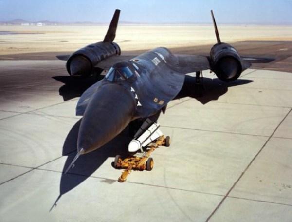 Terceiro protótipo do Lockheed AF-12 (YF-12A), Artigo 1003 (60-6936). Este exemplar foi o único a disparar 3 mísseis AIM-47 durante o programa de testes, nos dias 22/03/66, 13/05/66, e 21/09/66. Observar a marcação indicativa dos disparos próxima ao nariz da aeronave / Lockheed Martin