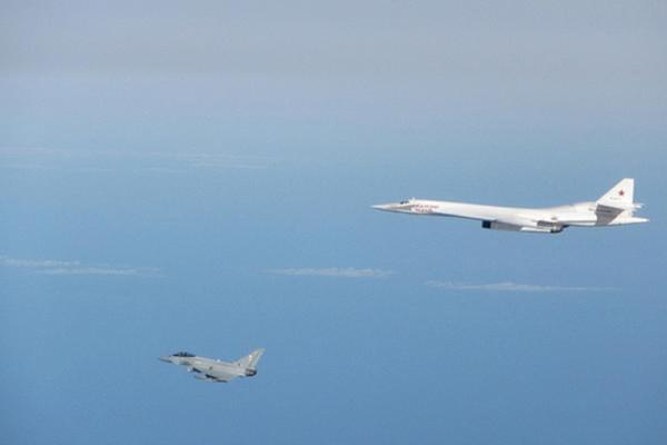 RAF Typhoons intercept Russian Tu 160 bomber near UK airspace 2 600x400 - Caças Typhoon britânicos escoltaram dois bombardeiros estratégicos Tu-160 russos que voavam próximo à costa do Reino Unido