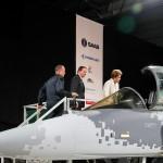 Em visita oficial à Suécia, a Presidente Dilma Rousseff entra em Mock-up do Gripen E (NG) ao visitar fábrica da Saab