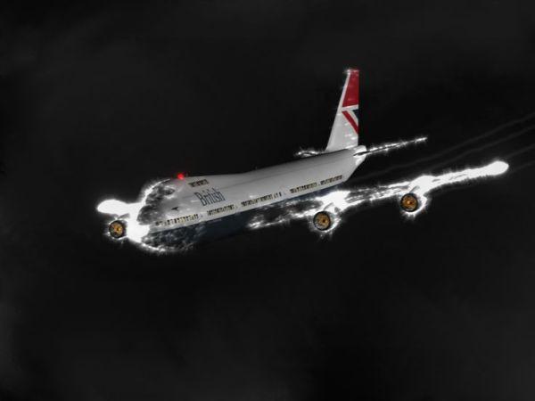 Em 24 de junho de 1982, um Boeing 747 da British Airways voou dentro uma grande nuvem de cinzas vulcânicas expelidas pela erupção do Monte Galunggung na Indonésia. Os motores pararam e todo o avião foi envolto pelo Fogo de Santelmo. Quando o avião saiu das cinzas, os pilotos foram capazes de reiniciar os motores e pousarem em segurança.