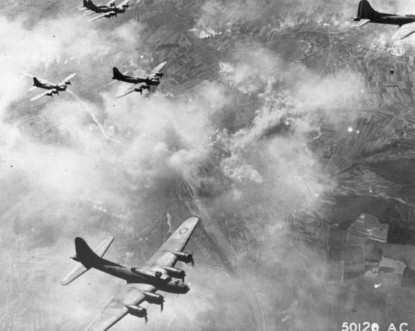 Uma formação chega na metade da missão. Agora resta a longa viagem de volta, enfrentando interceptações, fogo antiaéreo, congelamento, ferimentos e exaustão.