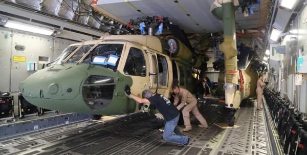 Os três helicópteros Blackhawk foram transportados para Jordânia a bordo de um C-17 Globemaster III. (Foto: US Embassy)