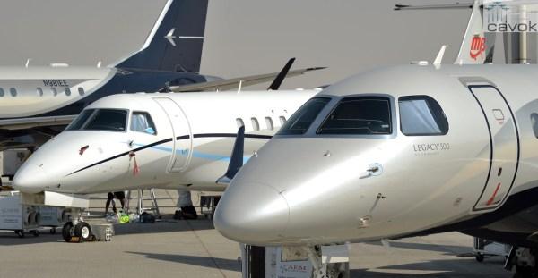 O jato Legacy 500 ao lado das aeronaves Legacy 650 e Lineage 1000, no Dubai Air Show. (Foto: Embraer Executive Jets)