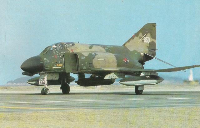 Setenta Phantom serviam à Força Aérea da República da Coréia. O da foto é um F-4D, que não possuía canhão interno. Por isso, ele leva um casulo de canhão Vulcan.