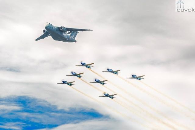 KC-390 voando em formação com sete A-29 Super Tucano da Esquadrilha da Fumaça. Foto - Johnson Barros (3)