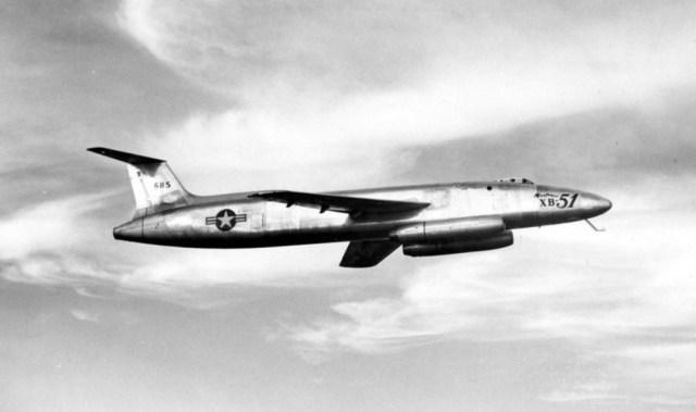 O Martin XB-51, que voou pela primeira vez em outubro de 1949, apresentava uma pequena asa enflechada e três turbojatos: um montado na cauda e os outros nas laterais da fuselagem, na frente dos bordos de ataque. A Força Aérea americana optou pelo projeto britânico Canberra.