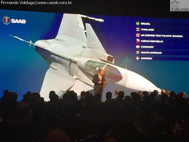 Dirigentes da Saab conversam com os presentes durante o evento Gripen Evolution em Linköping, Suécia.