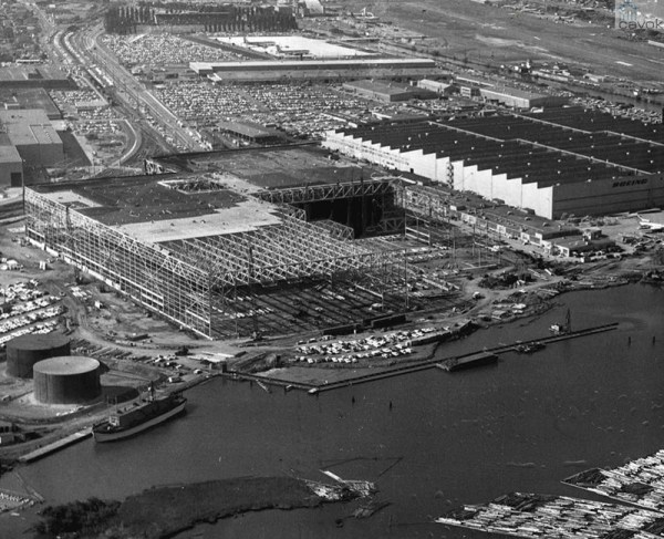 Foto aérea mostrando a construção dos hangares da linha atual de produção, em 1966.
