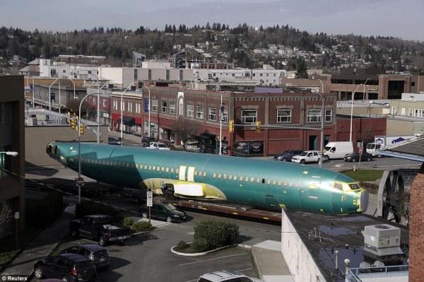 Fuselagem do 737 sendo transportada por vagões especialmente preparados. (Foto: Reuters)