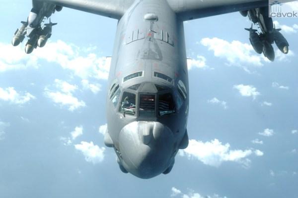 Um bombardeiro B-52H durante a Operação Enduring Freedom, em novembro de 2005, armado com uma carga de bombas Mk. 84 de 2000 libras e JDAMs (Joint Direct Attack Munition).  (Foto: U.S. Air Force / Senior Airman Curtis J. Lenz)