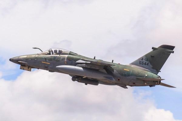 A operação contou com o apoio da aeronave RA-1 AMX. (Foto: Ten. Enilton / Agência Força Aérea)