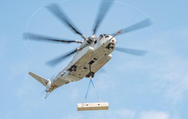 O helicóptero CH-53K King Stallion levantando a carga simulada de 27.000 libras. (Foto: Lockheed Martin)