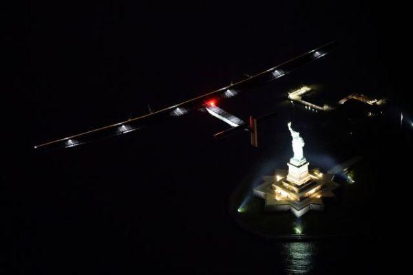 A Solar Impulse 2 sobrevoa a Estátua da Liberdade, durante sua chegada em Nova York. (Foto: Solar Impulse)