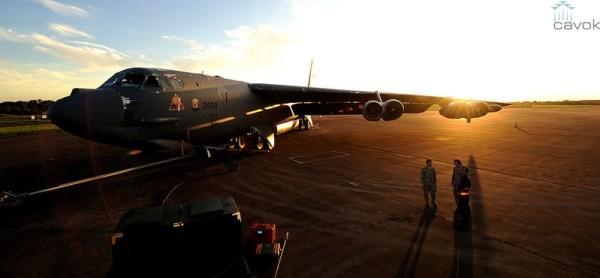 Um bombardeiro estratégico Boeing B-52H Stratofortress é preparado para uma missão no pátio da Base Aérea de Minot, Dakota do Norte. (Foto: U.S. Air Force)